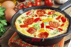 طريقة عمل بيض بالخضار للفطور