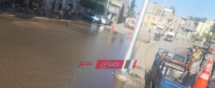 اصلاح كسر ماسورة مياه بعد غرق شوارع الزرقا بدمياط