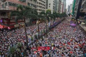 مدارس هونج كونج تفتح أبوابها مرة أخرى للطلاب بعد المظاهرات.. فيديو