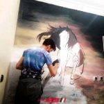 أيوب أحباري فنان مغربي يعرض قضايا الشباب بالفرشاة والألوان