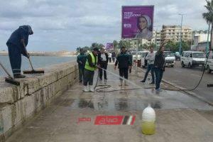 صور مجهولون يلقون زيوت وشحوم على سور كورنيش الإسكندرية للمرة الثانية