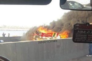 انقلاب واشتعال النيران في سيارة بالطريق الدولي في الإسكندرية- صور