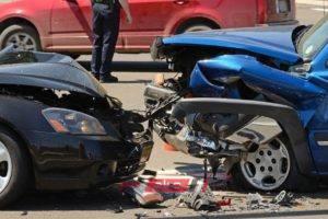 اصابة 13 شخص في حادث تصادم بطريق قنا الصحراوي الغربي