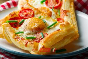 طريقة عمل فطائر البف باستري بالبيض والجبن للفطور