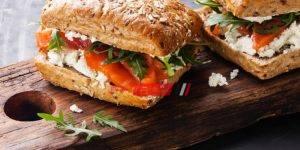 ساندويش السلمون المدخن مع الجبن الكريمي