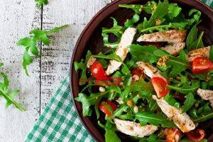 طريقة عمل سلطة الدجاج بالجرجير والطماطم