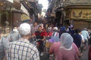بالصور زحام شديد في شارع التجاري بدمياط بالرغم من تحذيرات الصحة