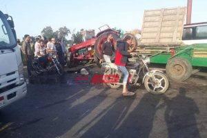 بالصور إصابة 3 أشخاص جراء حادث تصادم مروع بين جرار زراعية وسيارة نقل بدمياط