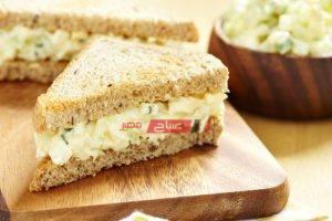 طريقة عمل ساندويش البيض المسلوق بالجبن الكريمي للفطور