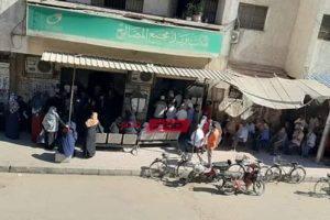 بالصورة تكدس أصحاب المعاشات امام مكاتب البريد في دمياط