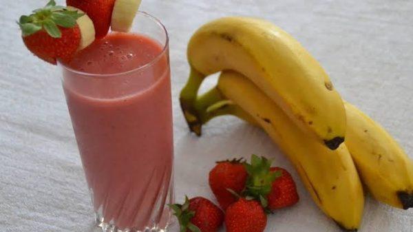 عصير الموز والفراولة